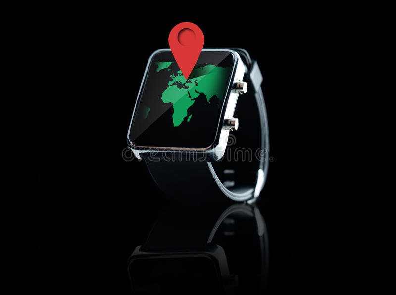 Fermez-vous de la montre intelligente avec la projection cartographique du monde image stock