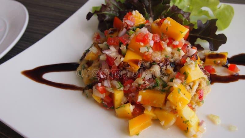 Fermez-vous de la nourriture délicieuse italienne dans le plat blanc sur la table, luxur image stock