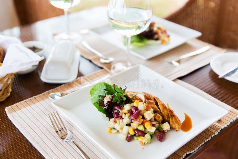 Fermez-vous de la nourriture du plat au restaurant photographie stock libre de droits