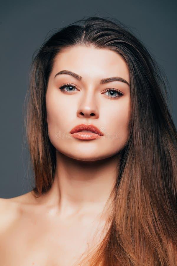 Fermez-vous de la peau de fille de beauté de visage sur le fond gris Cosmétiques ou station thermale, concept de healtcare photo libre de droits