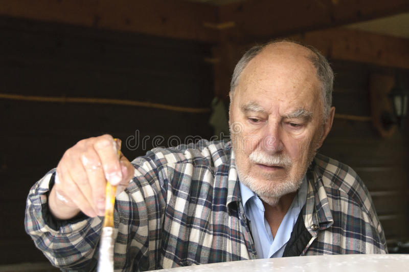 Fermez-vous de la peinture âgée d'homme supérieur photographie stock