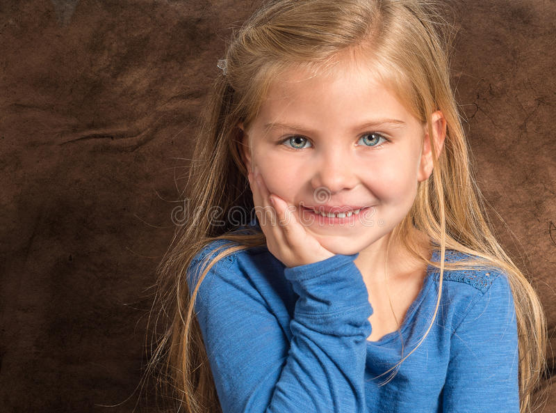 Fermez-vous de la petite fille adorable avec les yeux magnifiques image libre de droits