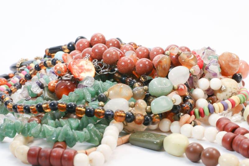 Fermez-vous de la pile de la présentation en pierre naturelle de concept de collection de perles colorées image libre de droits