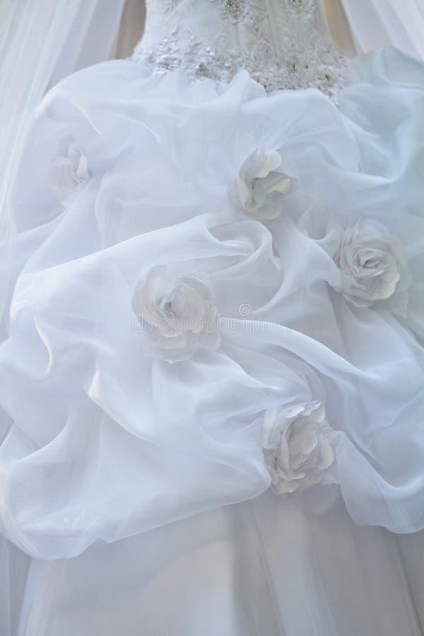 Fermez-vous de la robe de mariage images stock