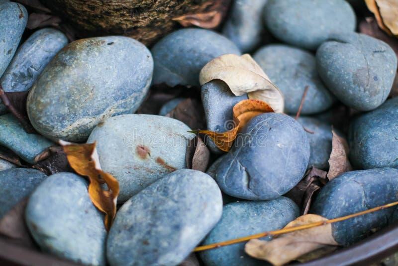 Fermez-vous de la roche lisse grise et bleu-foncé de rivière Foyer sélectif photos stock
