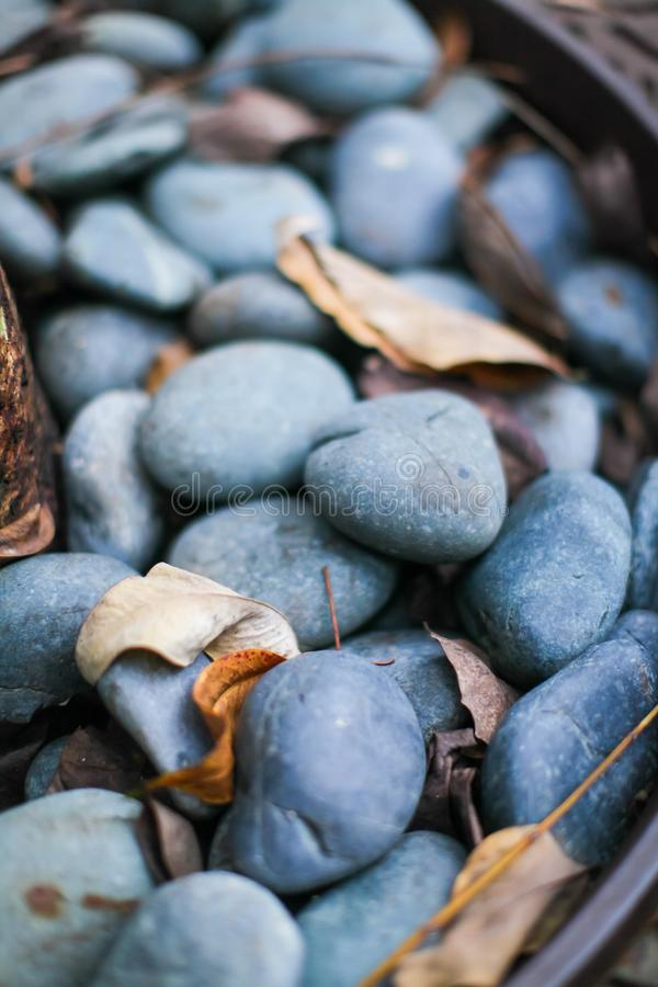 Fermez-vous de la roche lisse grise et bleu-foncé de rivière Foyer sélectif photographie stock libre de droits