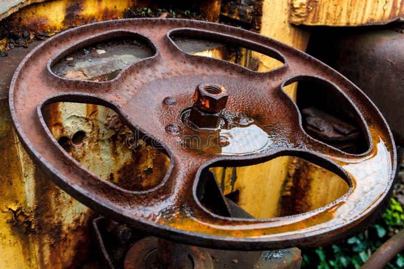 Fermez-vous de la roue de rouille sur la voiture de train jaune de fret photos libres de droits