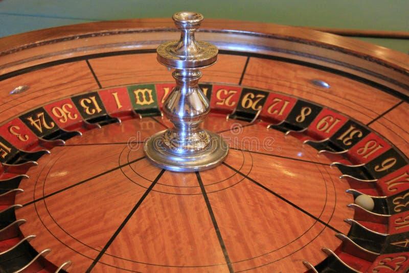 Fermez-vous de la roue de roulette au lieu de rendez-vous de jeu image libre de droits