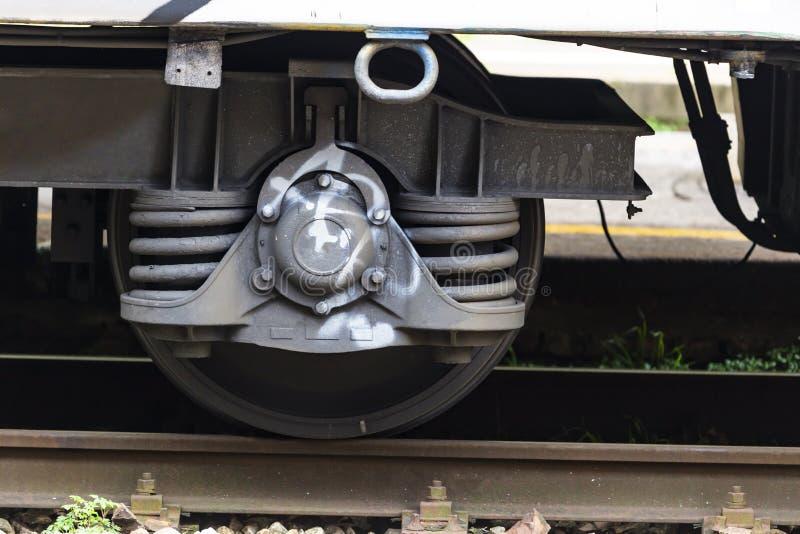 Fermez-vous de la roue en acier de train sur la voie ferroviaire images libres de droits