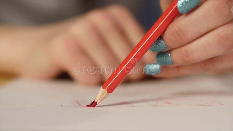 Fermez-vous de la rupture principale de crayon de couleur photographie stock