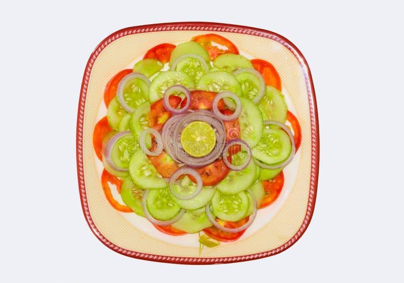 Fermez-vous de la salade végétale mélangée fraîche d'isolement images stock