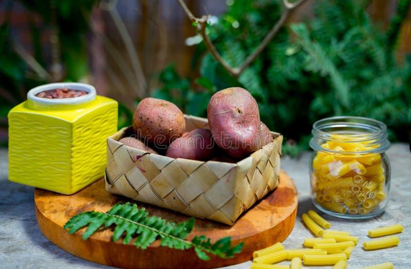 Fermez-vous de la variété de nourriture sans employer le plastique images libres de droits