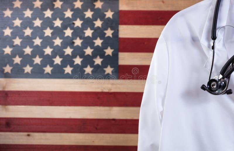 Fermez-vous de la veste et du stéthoscope de médecin avec les USA rustiques images libres de droits