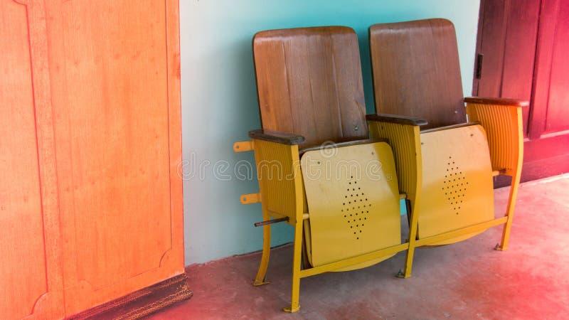 Fermez-vous de la vieille chaise de cinéma ou strapontin se pliante en bois devant le théâtre asiatique image stock