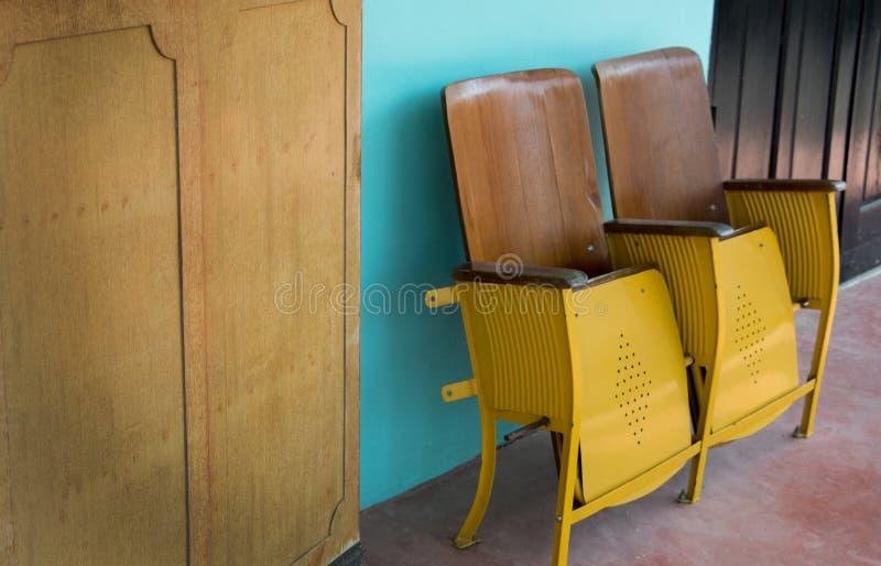 Fermez-vous de la vieille chaise de cinéma ou strapontin se pliante en bois devant le théâtre asiatique images stock