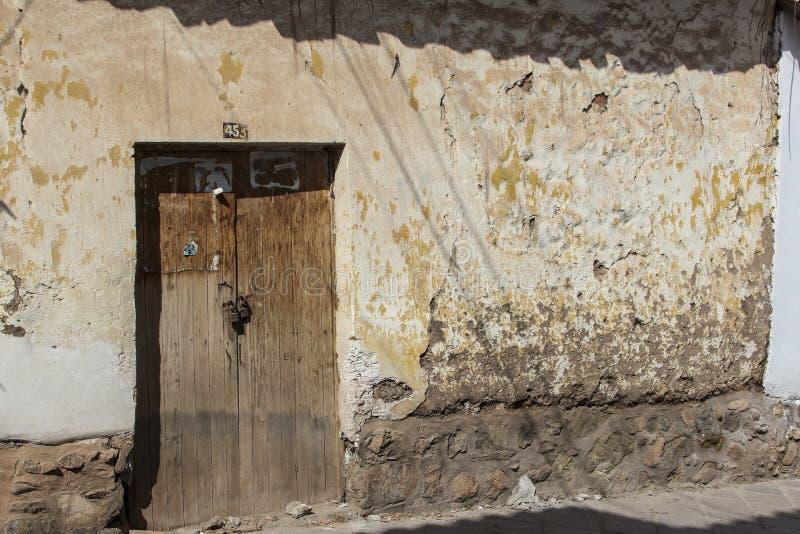 Fermez-vous de la vieille entrée principale d'une façade de maison dans Cuzco Pérou Le centre ville historique photos stock
