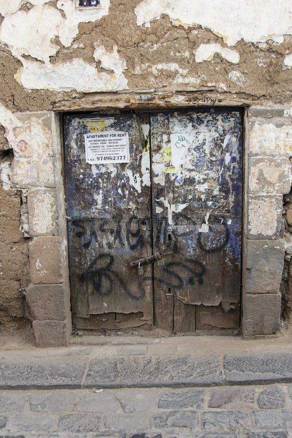 Fermez-vous de la vieille entrée principale d'une façade de maison dans Cuzco Pérou Le centre ville historique photos libres de droits