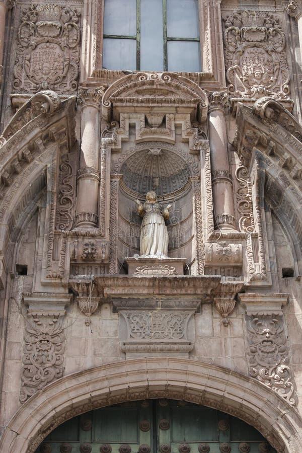Fermez-vous de la vieille façade d'église catholique dans Cuzco Pérou images libres de droits