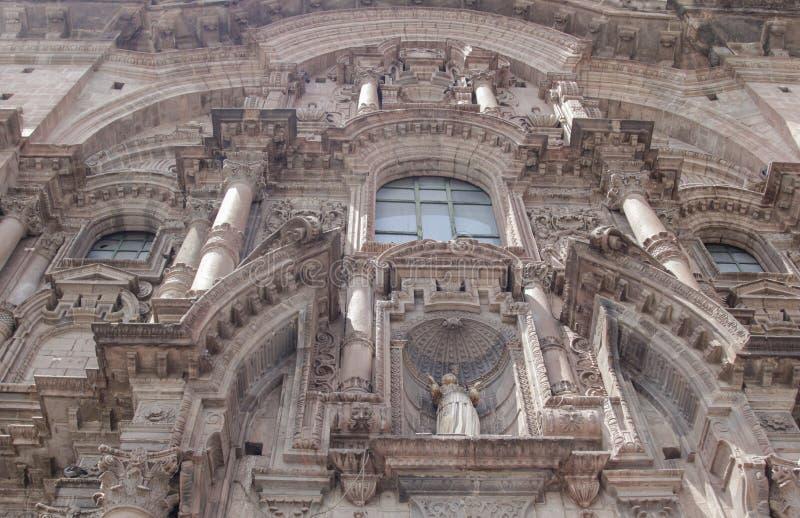 Fermez-vous de la vieille façade d'église catholique dans Cuzco Pérou photographie stock libre de droits
