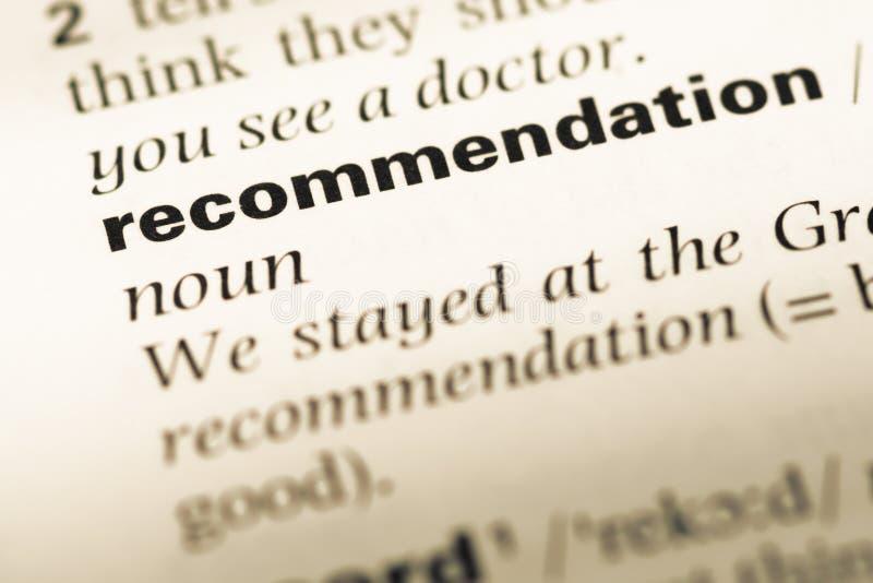 Fermez-vous de la vieille page anglaise de dictionnaire avec des recommandations de mot images stock