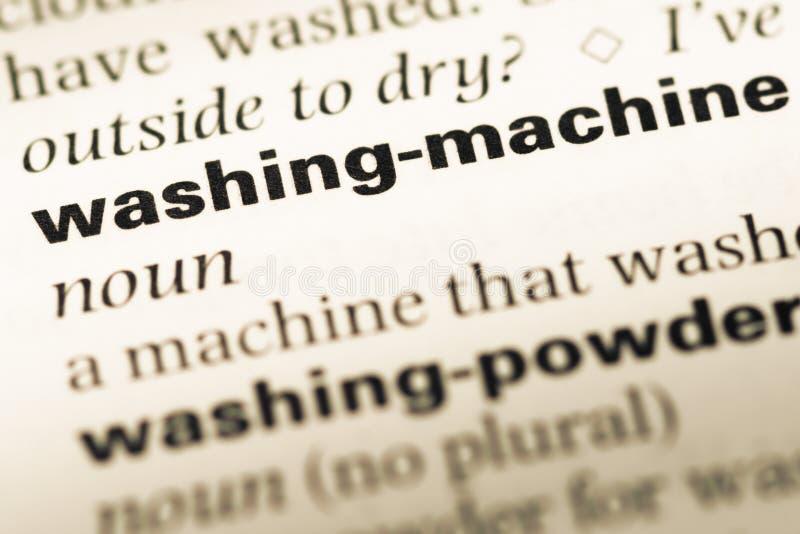 Fermez-vous de la vieille page anglaise de dictionnaire avec la machine à laver de mot images stock