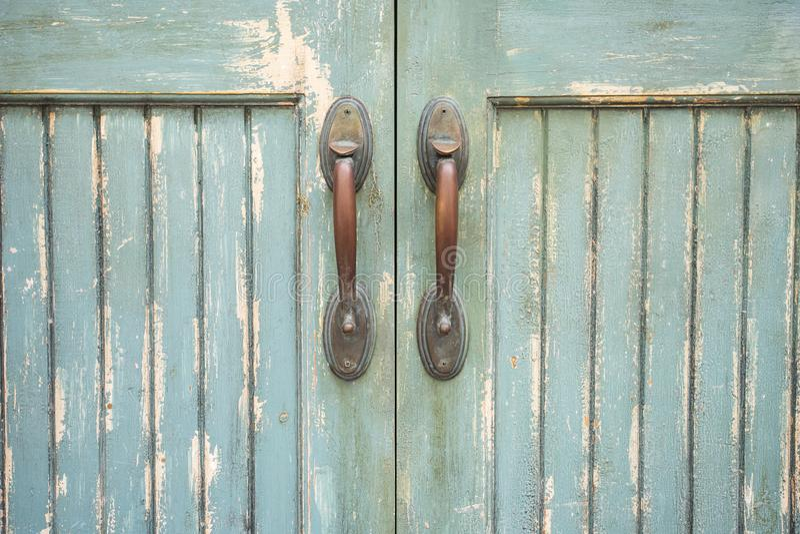 Fermez-vous de la vieille poignée de porte image stock