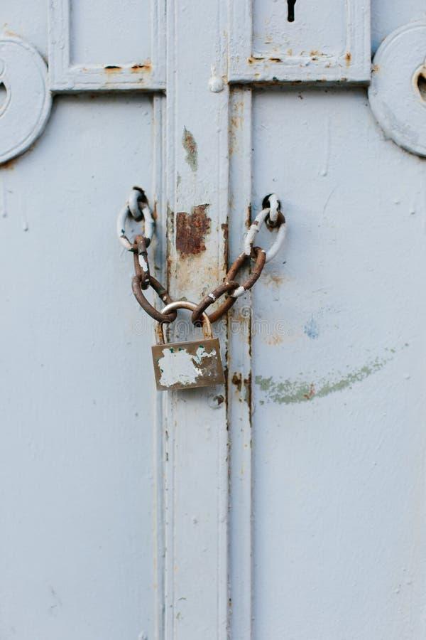 Fermez-vous de la vieille porte blanche avec la serrure photo libre de droits