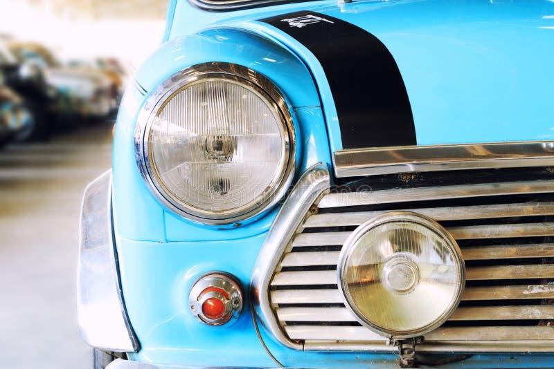 Fermez-vous de la voiture bleue de classique de vintage de lampe de phare image stock