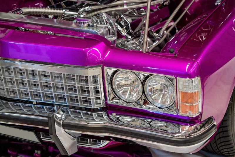 Fermez-vous de la voiture classique de Front Of Hot Pink Metallic image stock