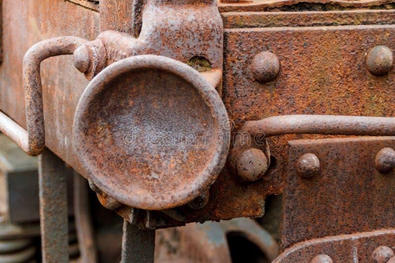 Fermez-vous de la voiture de train abandonnée de fret de charbon photographie stock libre de droits