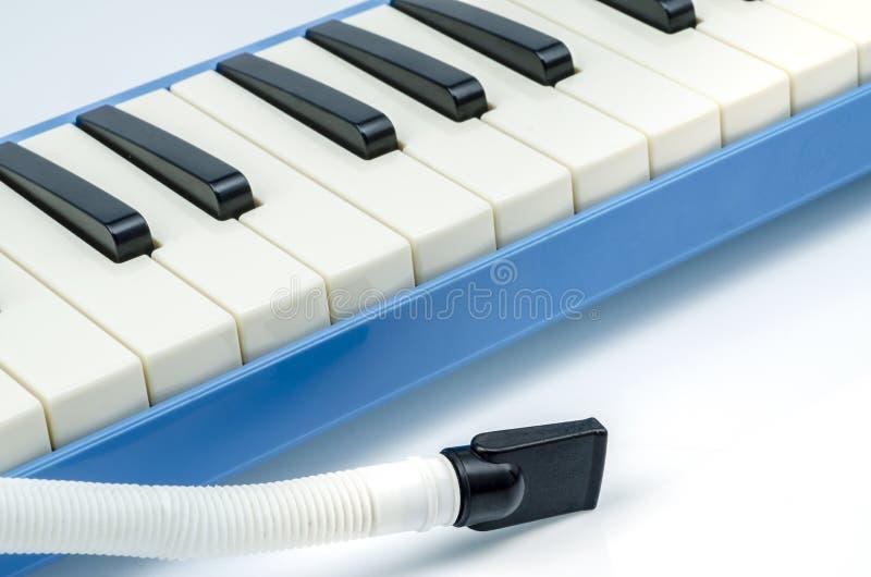 Fermez-vous de Melodica musical d'isolement sur le fond blanc images stock