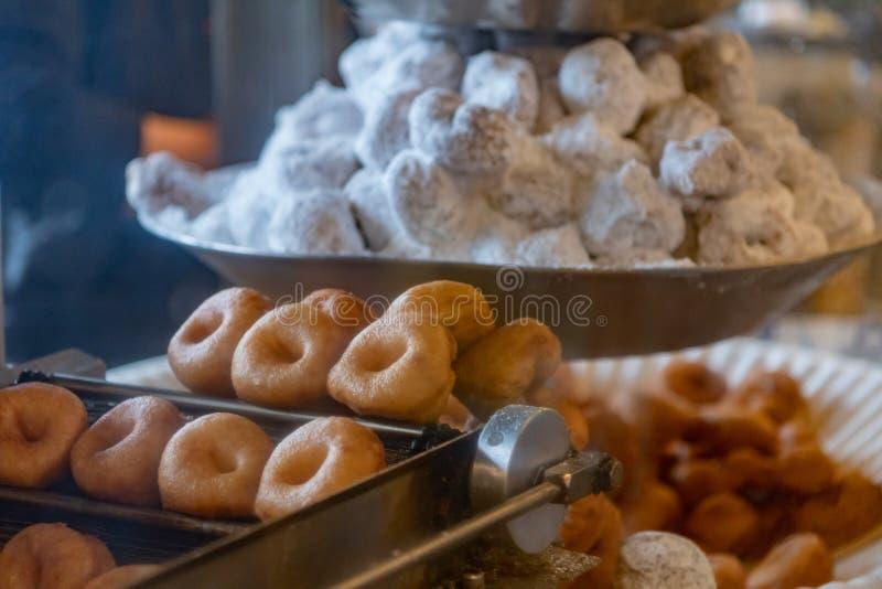 Fermez-vous de Mini Donuts sur le cru faisant frire la machine photo libre de droits