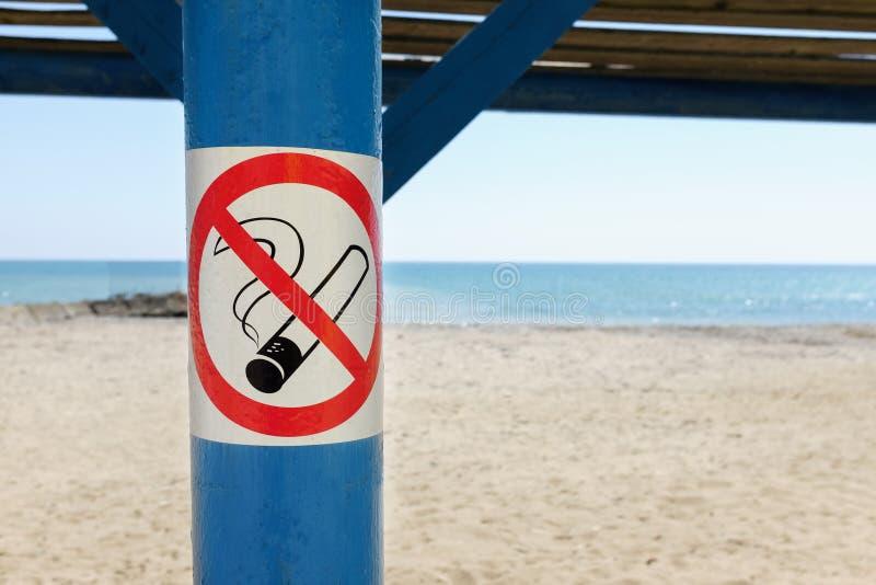 Fermez-vous de non-fumeurs signent plus de la plage tropicale de sable photo libre de droits