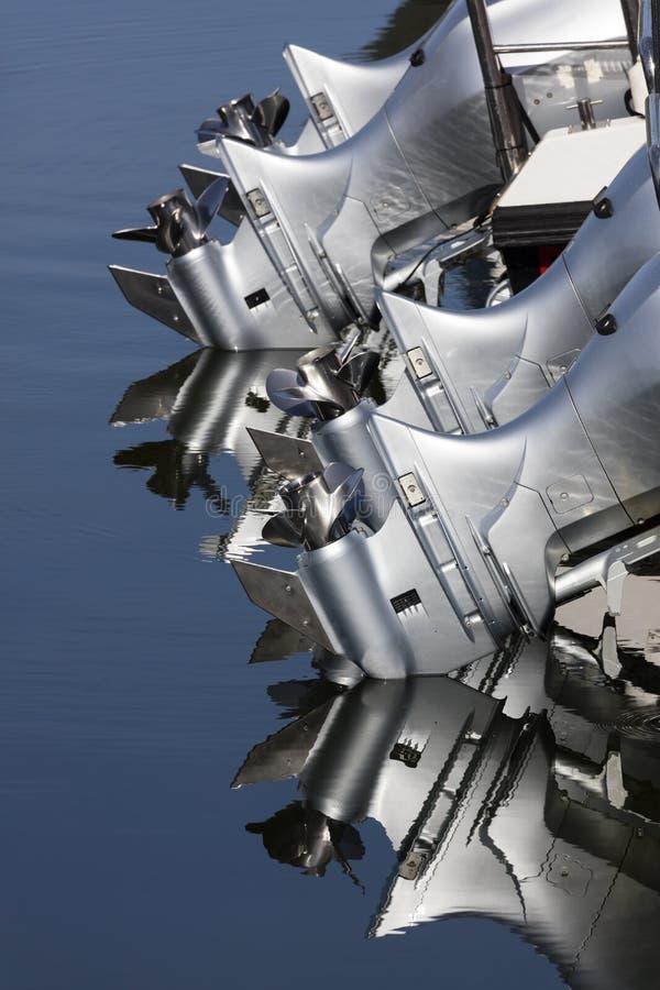 Fermez-vous de quatre moteurs de bateau extérieur photographie stock libre de droits