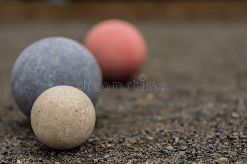 Fermez-vous de trois boules de Bocce avec le blanc au foyer photo stock