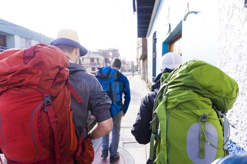 Fermez-vous des amis marchant avec des sacs à dos au Pérou photo libre de droits