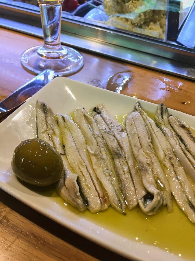 Fermez-vous des anchois et de l'olive verte photos libres de droits