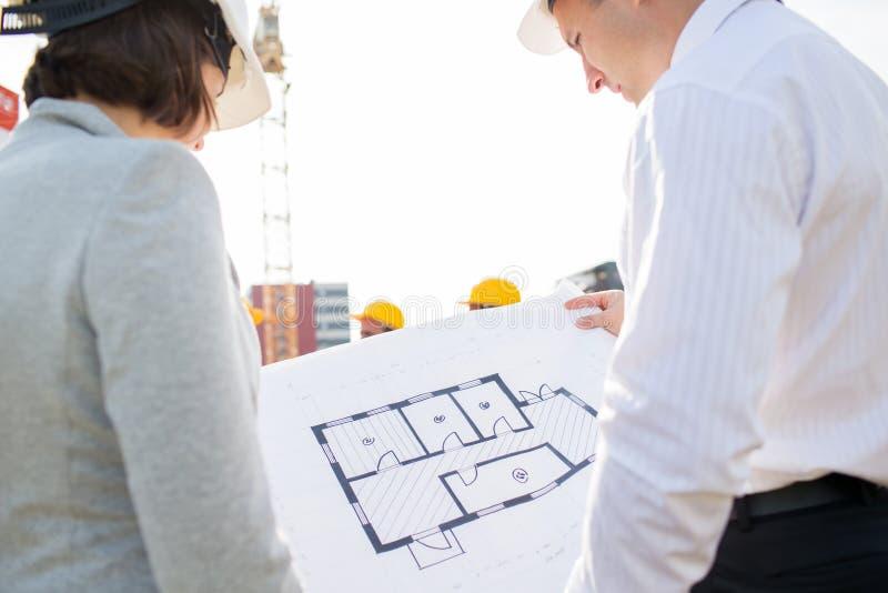Fermez-vous des architectes avec le modèle au bâtiment photos libres de droits