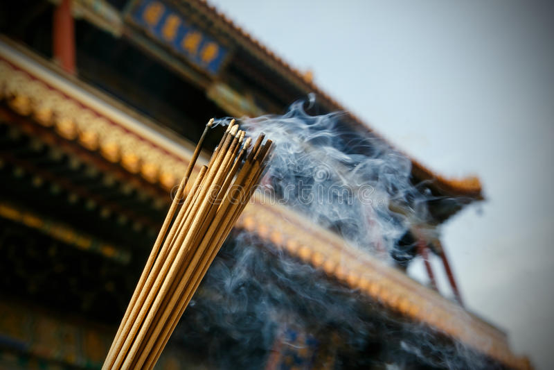 Fermez-vous des bâtons brûlants d'encens dans une pagoda photographie stock libre de droits