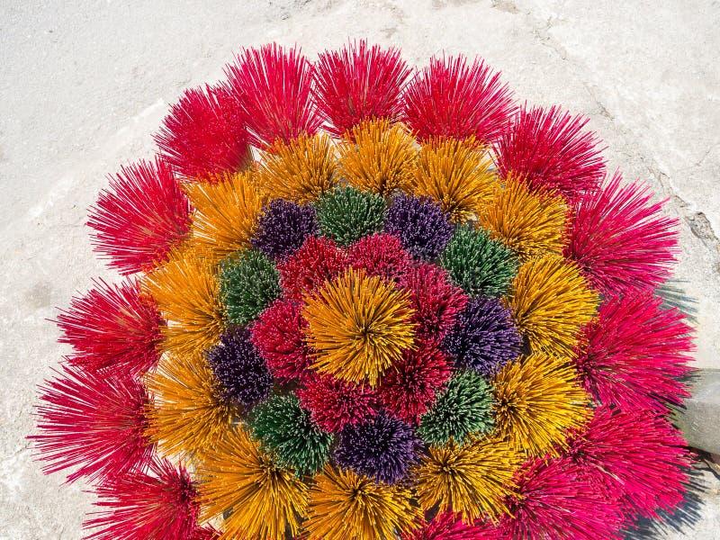 Fermez-vous des bâtons colorés d'encens en Hue Vietnam pour le monastère bouddhiste en Hue, Vietnam image stock