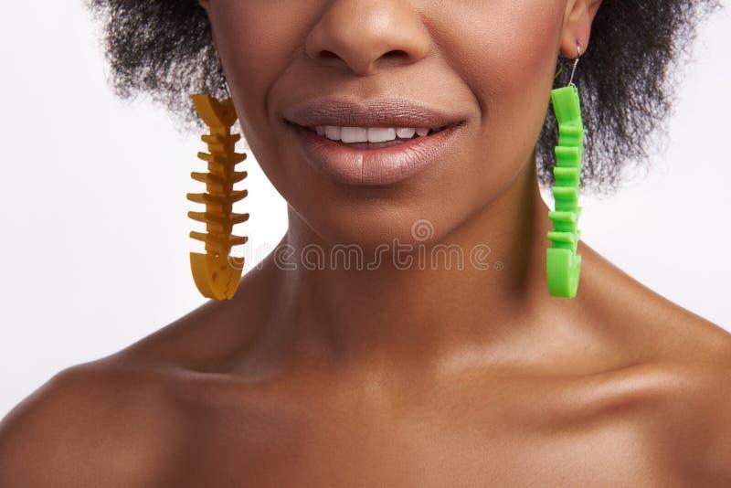 Fermez-vous des belles lèvres de sourire de la dame ethnique images stock