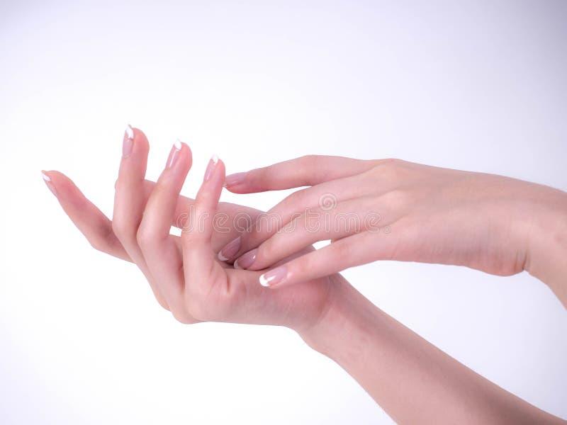 Fermez-vous des belles mains de femme Concept de station thermale et de manucure Mains femelles avec la manucure française Peau m photographie stock libre de droits
