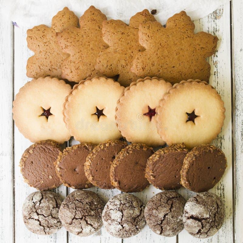 Fermez-vous des biscuits mélangés de Noël comme fond photographie stock libre de droits
