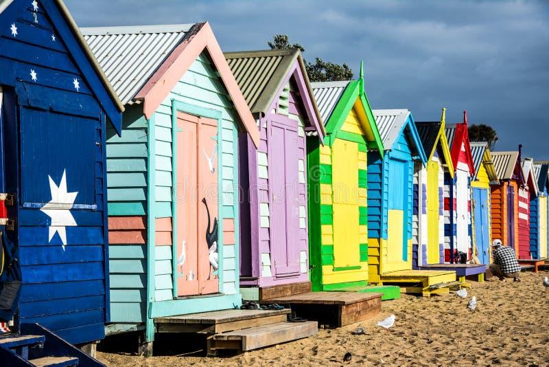 Fermez-vous des boîtes colorées de plage sur le sable photographie stock