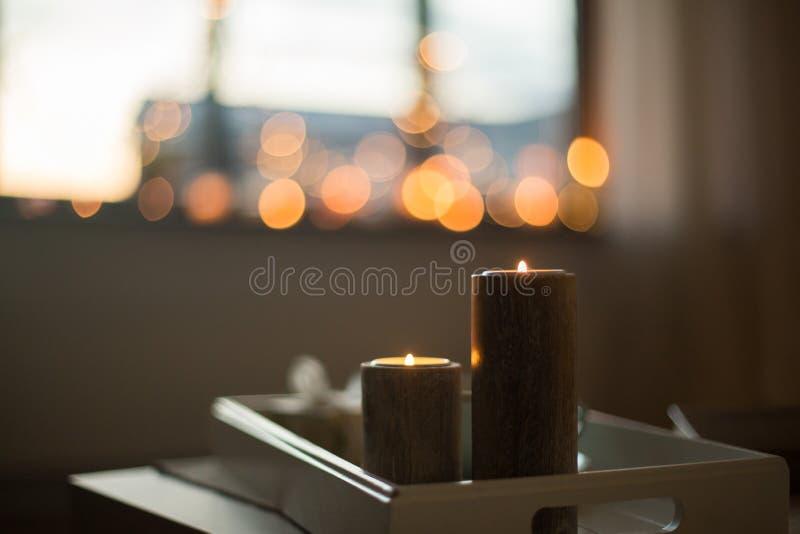 Fermez-vous des bougies sur la table à la maison image stock