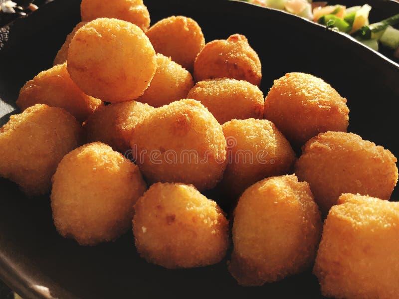 Fermez-vous des boules de patate douce de frieds du plat image libre de droits