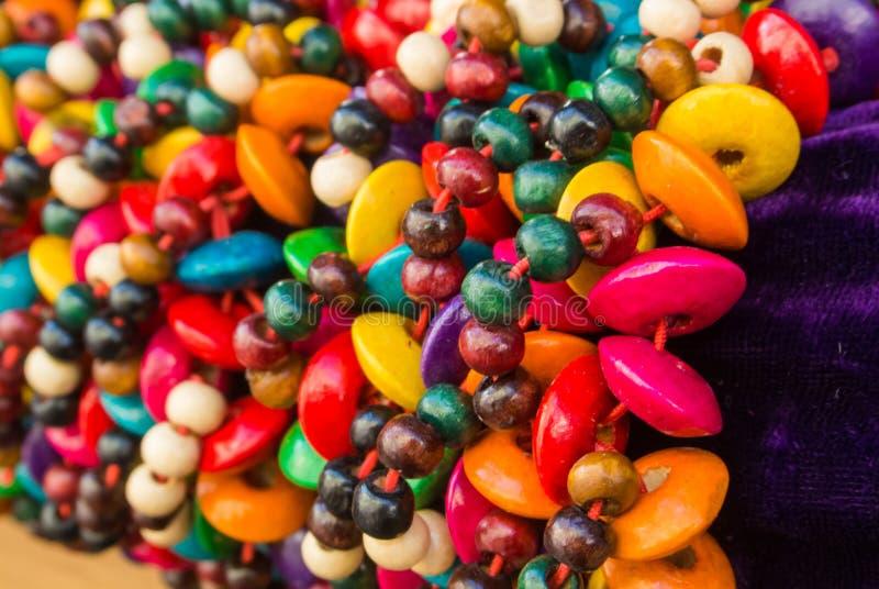 Fermez-vous des bracelets tressés en bois colorés lumineux avec des perles au marché en plein air images libres de droits