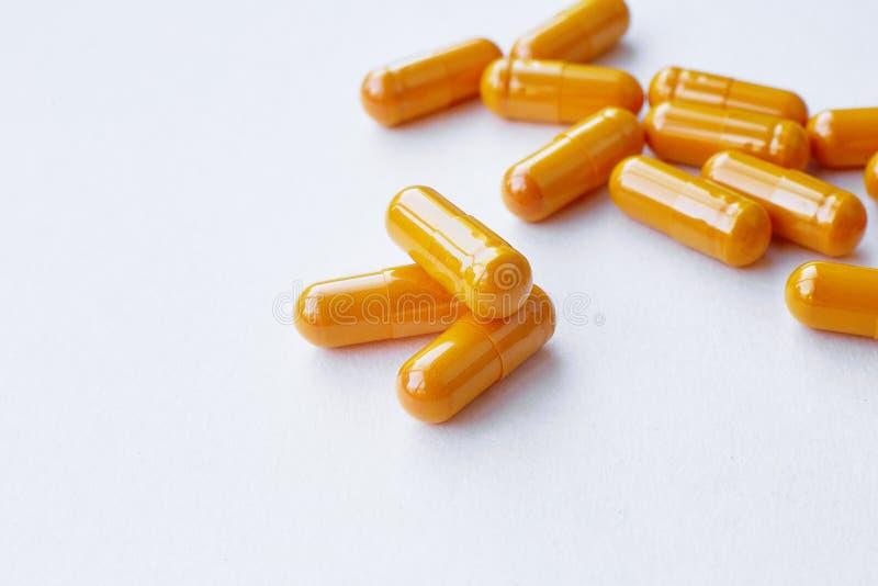 Fermez-vous des capsules remplies d'huile de complément alimentaire appropriées à : huile de poisson, Omega 3, Omega 6, Omega 9,  photo libre de droits