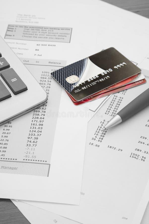 Fermez-vous des cartes de crédit avec les déclarations, le stylo et le c de carte de crédit images libres de droits
