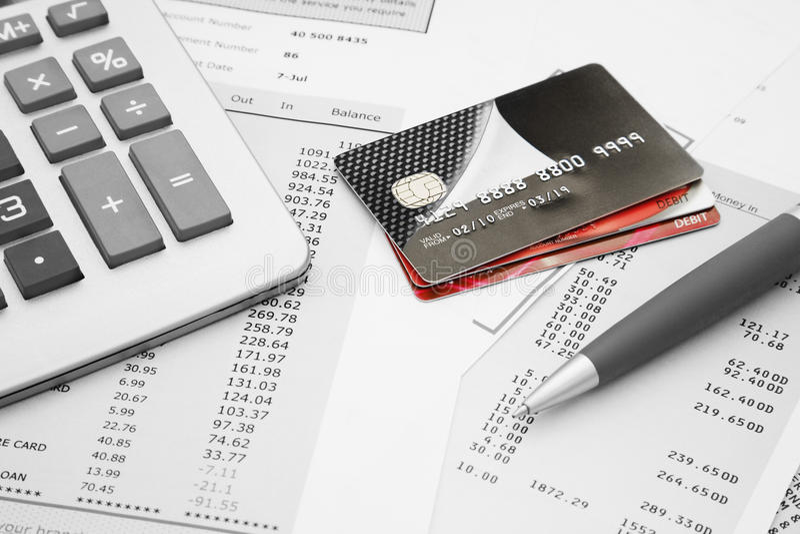 Fermez-vous des cartes de crédit avec les déclarations, le stylo et le c de carte de crédit photo libre de droits
